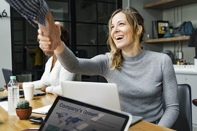 転職がうまくいって笑顔で仕事する女性の画像