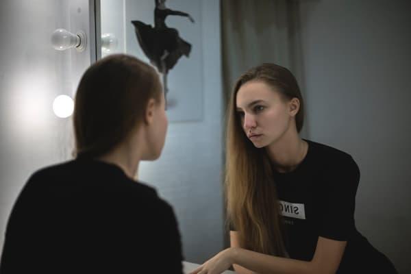 鏡を見て自分がブスか確かめる女性
