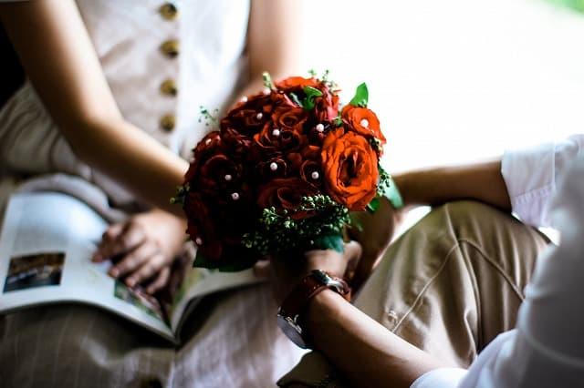 バラの花束でプロポーズする人の画像