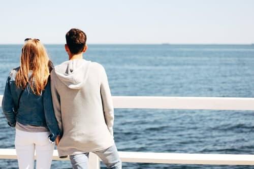 海辺のカップルの画像