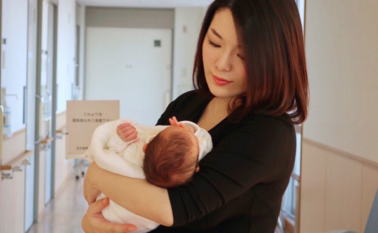 21歳で出産した我が子を腕に抱く妹尾ユウカさんの画像
