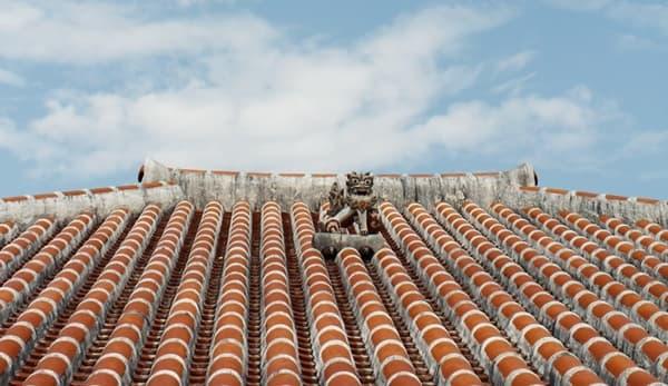 沖縄の空とシーサーの画像