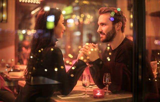 イケメン男性と食事する画像