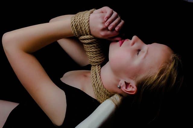 縄で緊縛されている女性の画像