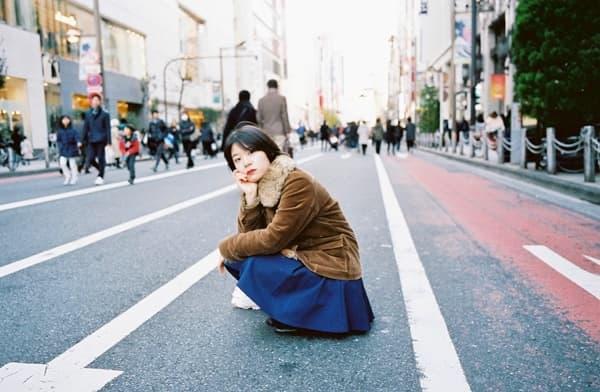 歩行者天国に座り込む劇作家・女優の葭本未織さん