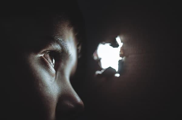穴から覗きをしている画像