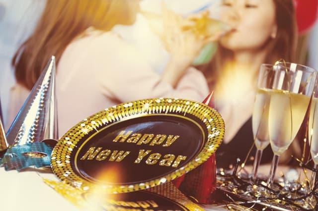 新年を女子会パーティで祝う女性たちの画像