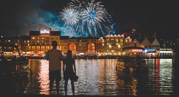 新年を祝う花火の画像