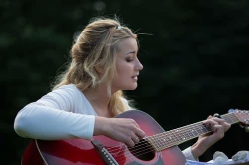 トリセツを歌う女性の画像