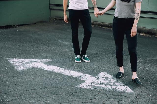 喧嘩をして別々の道を歩むカップルの画像