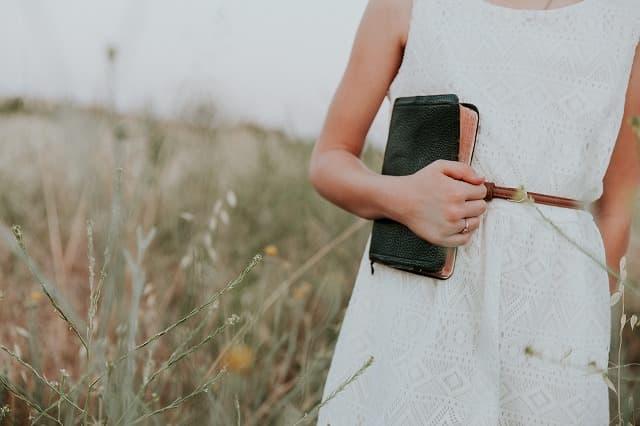 財布をもって支払う女性の画像