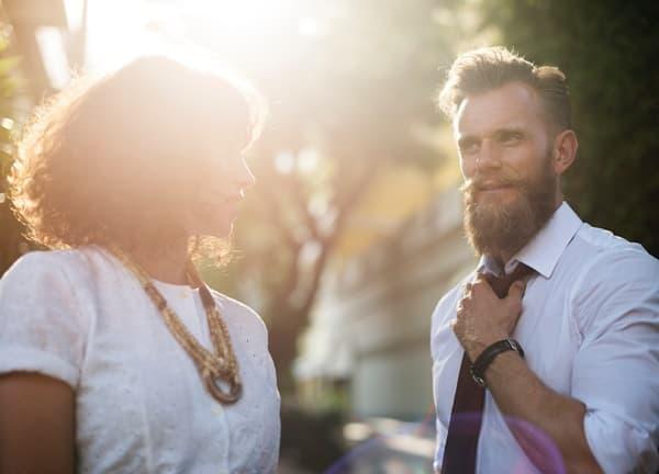 出会いを見つけた社会人の男性と女性の画像