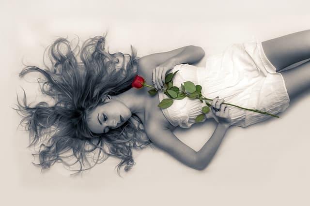 女性がベッドに横たわっている画像