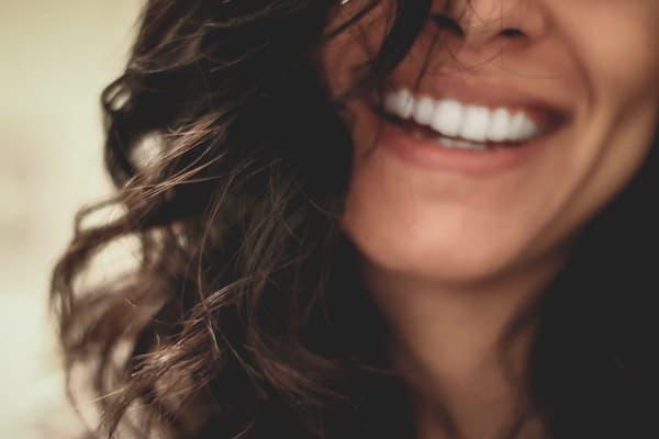 アラフォーになって生きるのが楽になった女性の口元の画像
