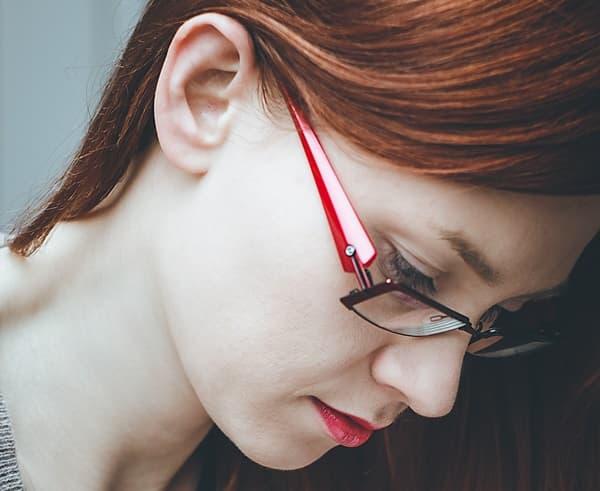 自分の未来を考え始めるうちに不安になってきた働く女性の画像