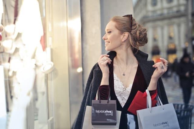 洋服のショッピングのように大人のおもちゃを選ぶ女性の画像