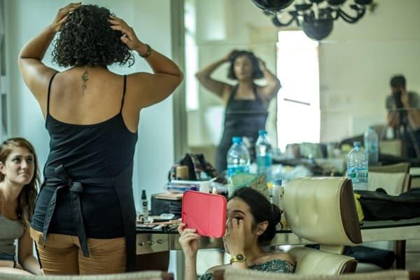 鏡で体の衰えを確認する中年女性の画像