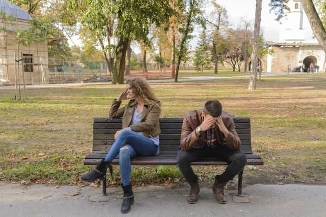公園で夫婦喧嘩をする男女の画像
