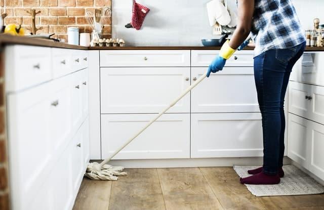 キッチンの掃除をする女性の画像