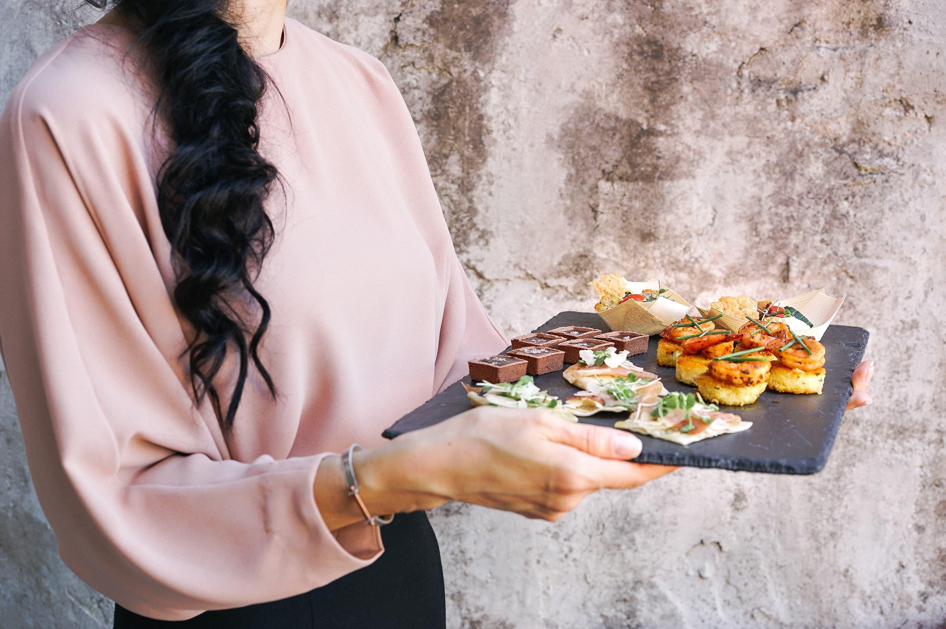 食事をサーブする女性の画像
