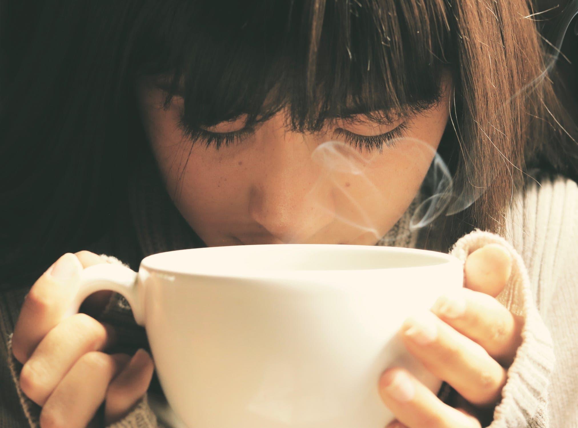 カフェでマッチングアプリで出会った男性を待つ女性]
