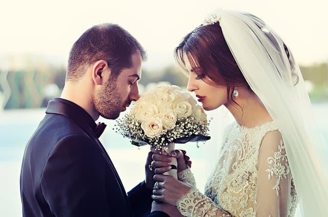 結婚式を挙げているカップルの画像