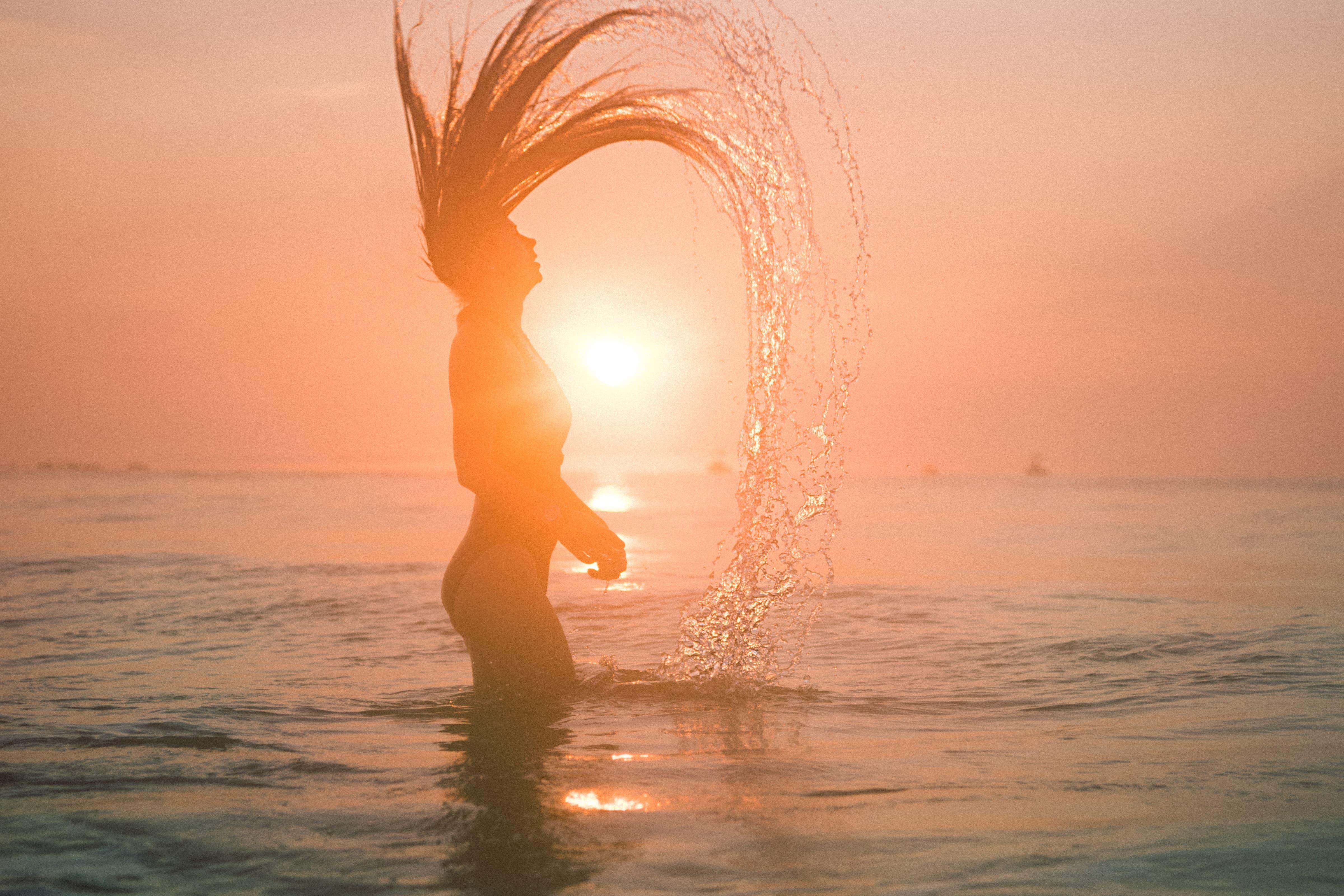 夏にずぶずぶになるまいとする女性の画像