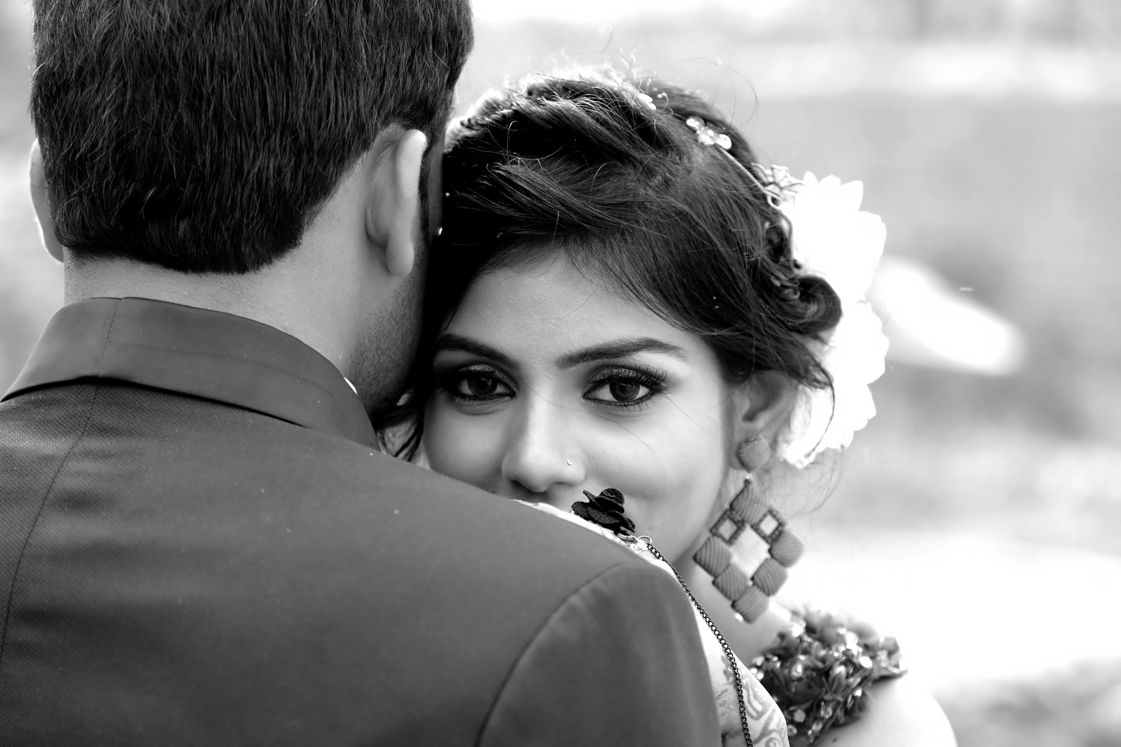 結婚後に再会した男友達と抱きしめ合う女の画像