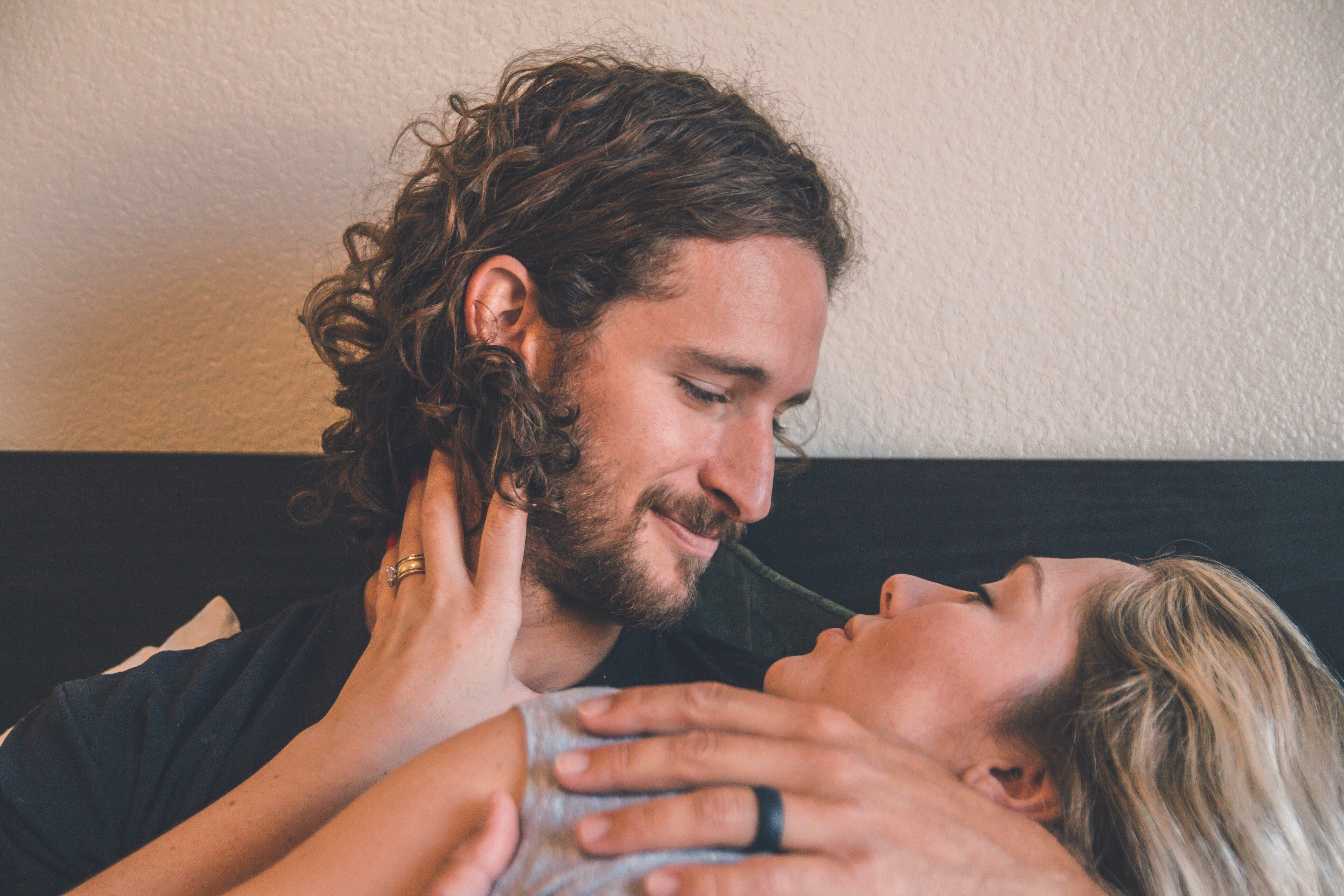 口を覆う女性の画像