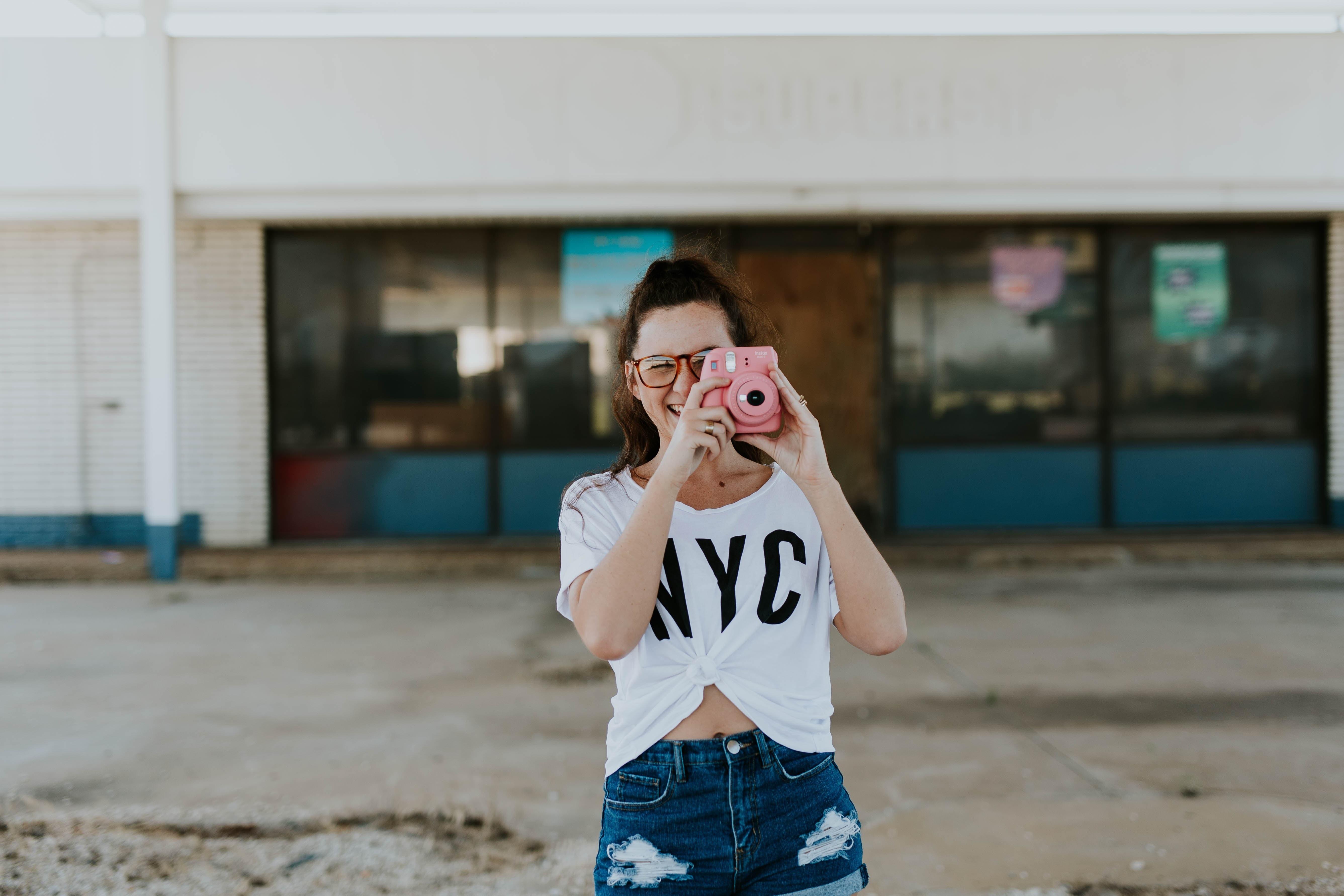 写真を撮る女性の画像