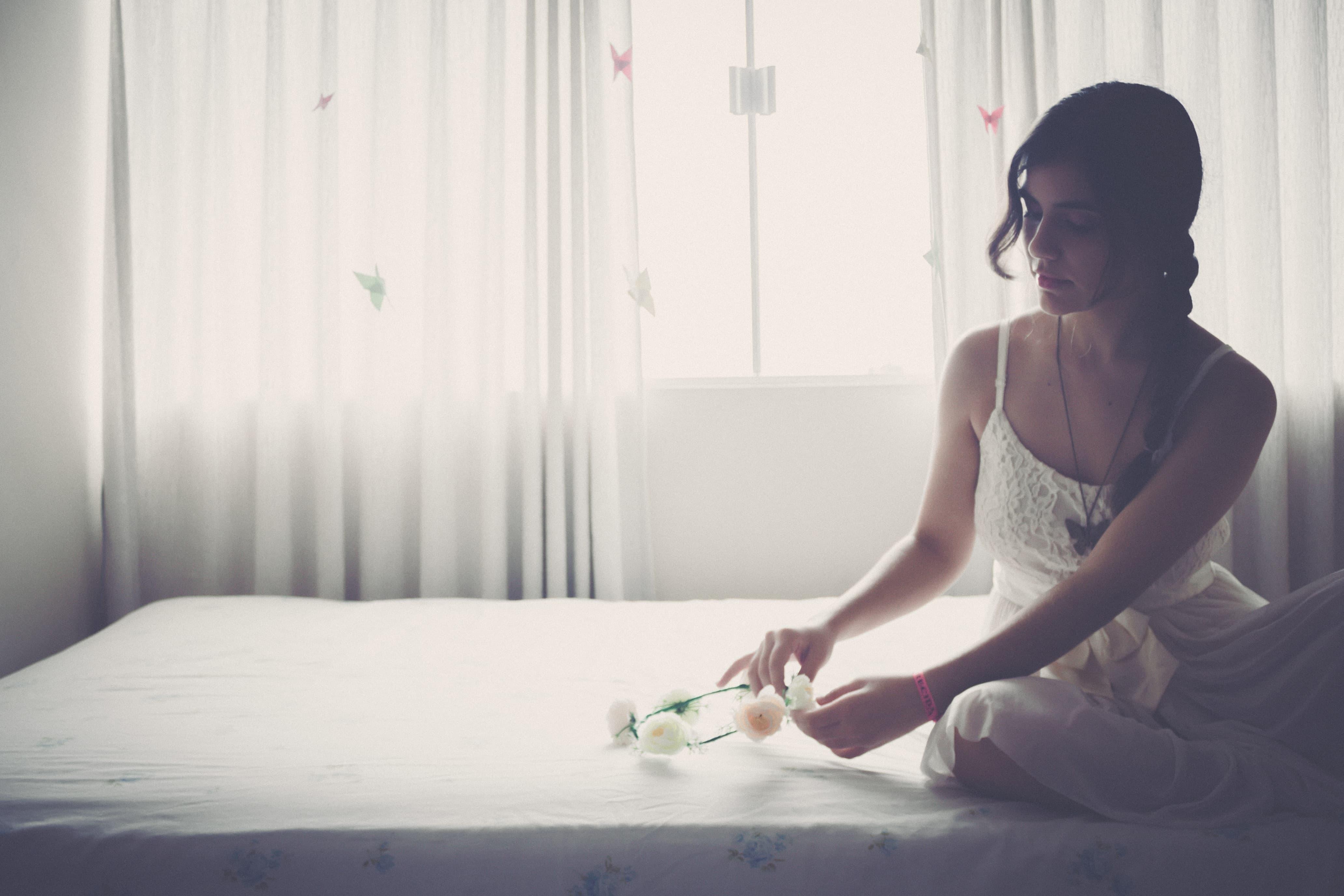 花を置く女性の画像
