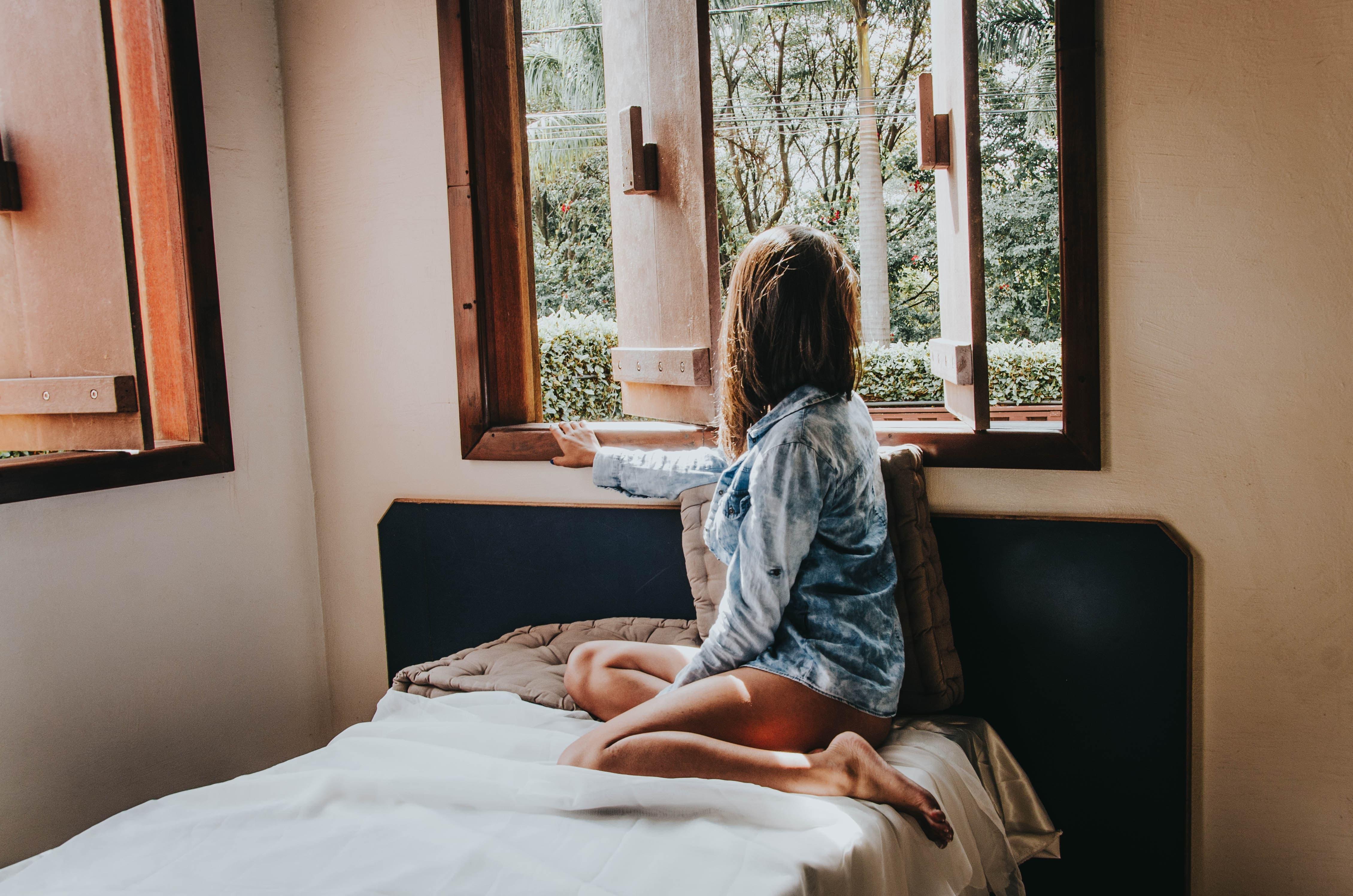 朝の女性の画像