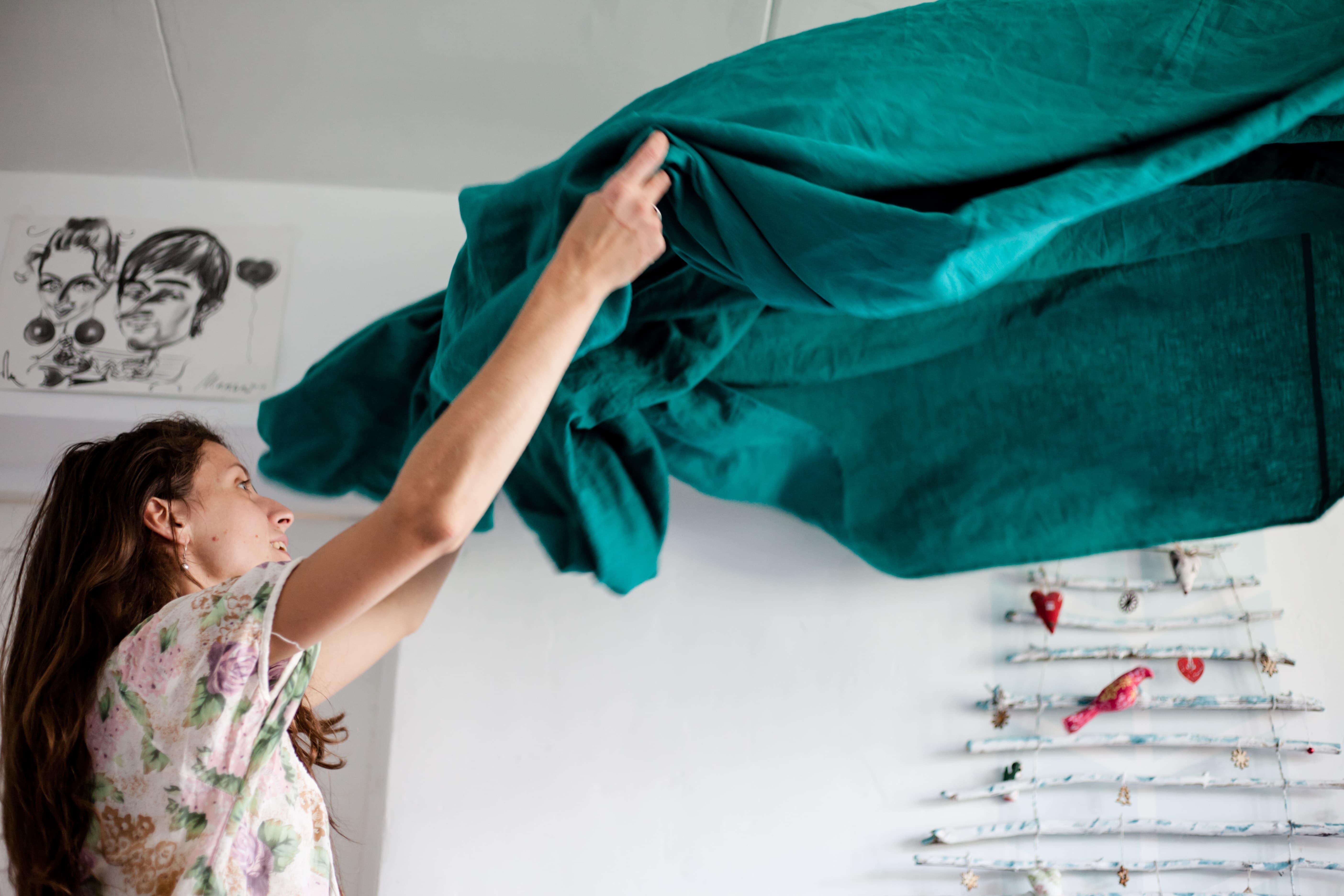 家事に追われる女性の画像