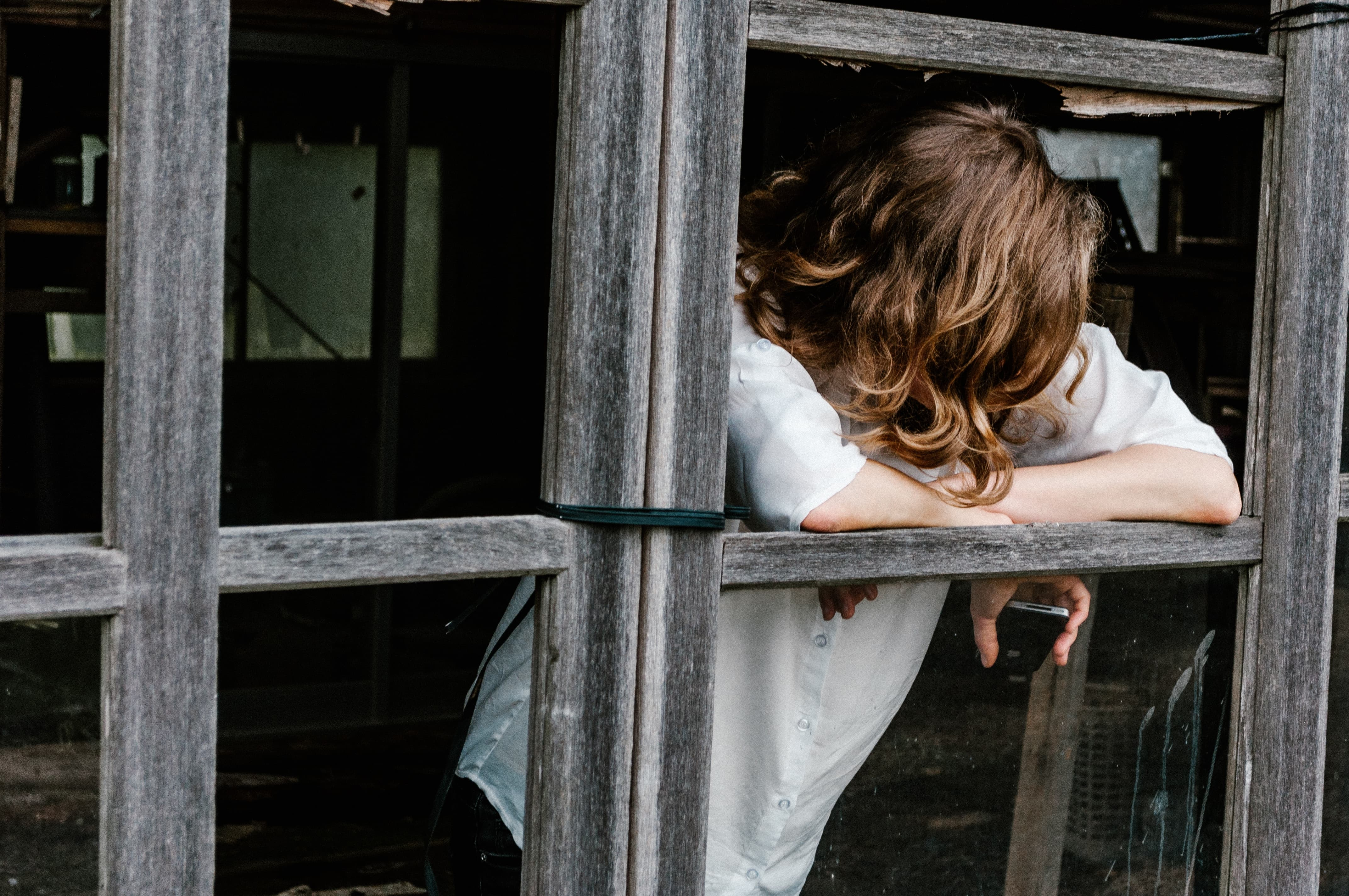 不倫と孤独死の間で揺らぐ女性の画像