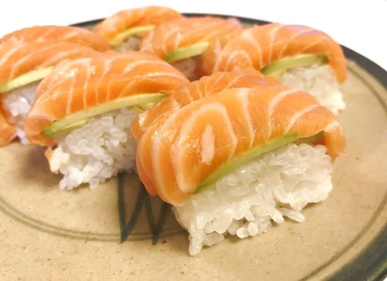 握りは難しくても置くだけで意外と簡単なサーモンの棒寿司のレシピ画像