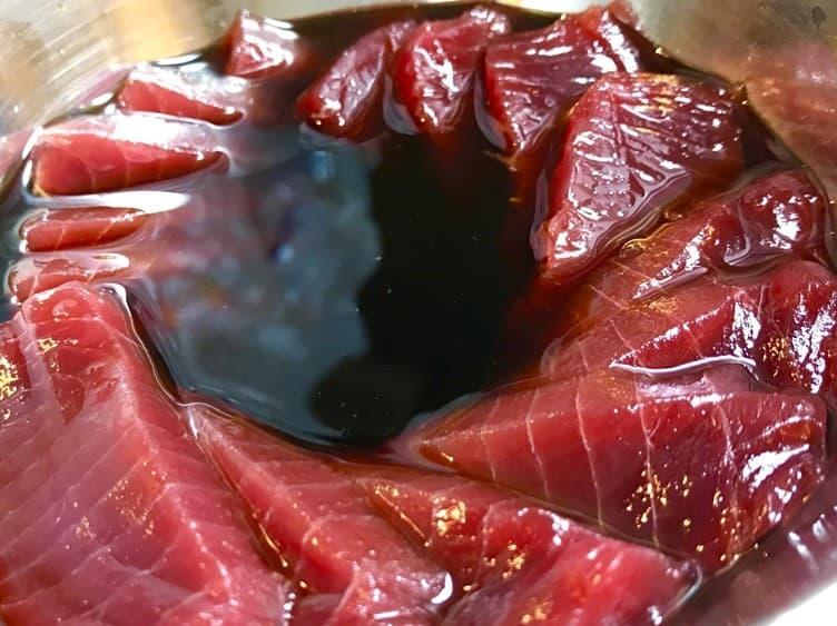 赤身のうまみが引き立つヘルシーで美味しい健康的なまぐろのヅケ丼のレシピ画像