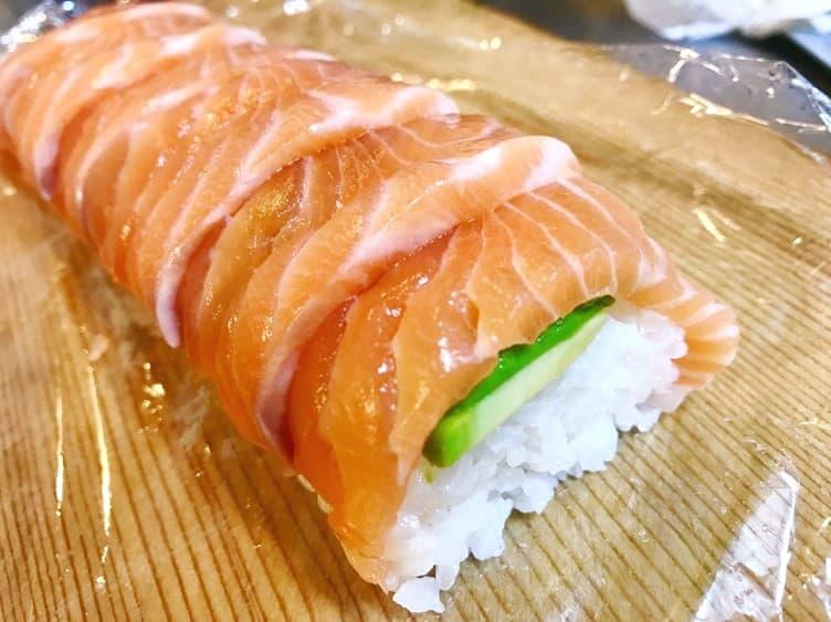 握りは難しくても置くだけで意外と簡単なサーモンの棒寿司のレシピ画像④