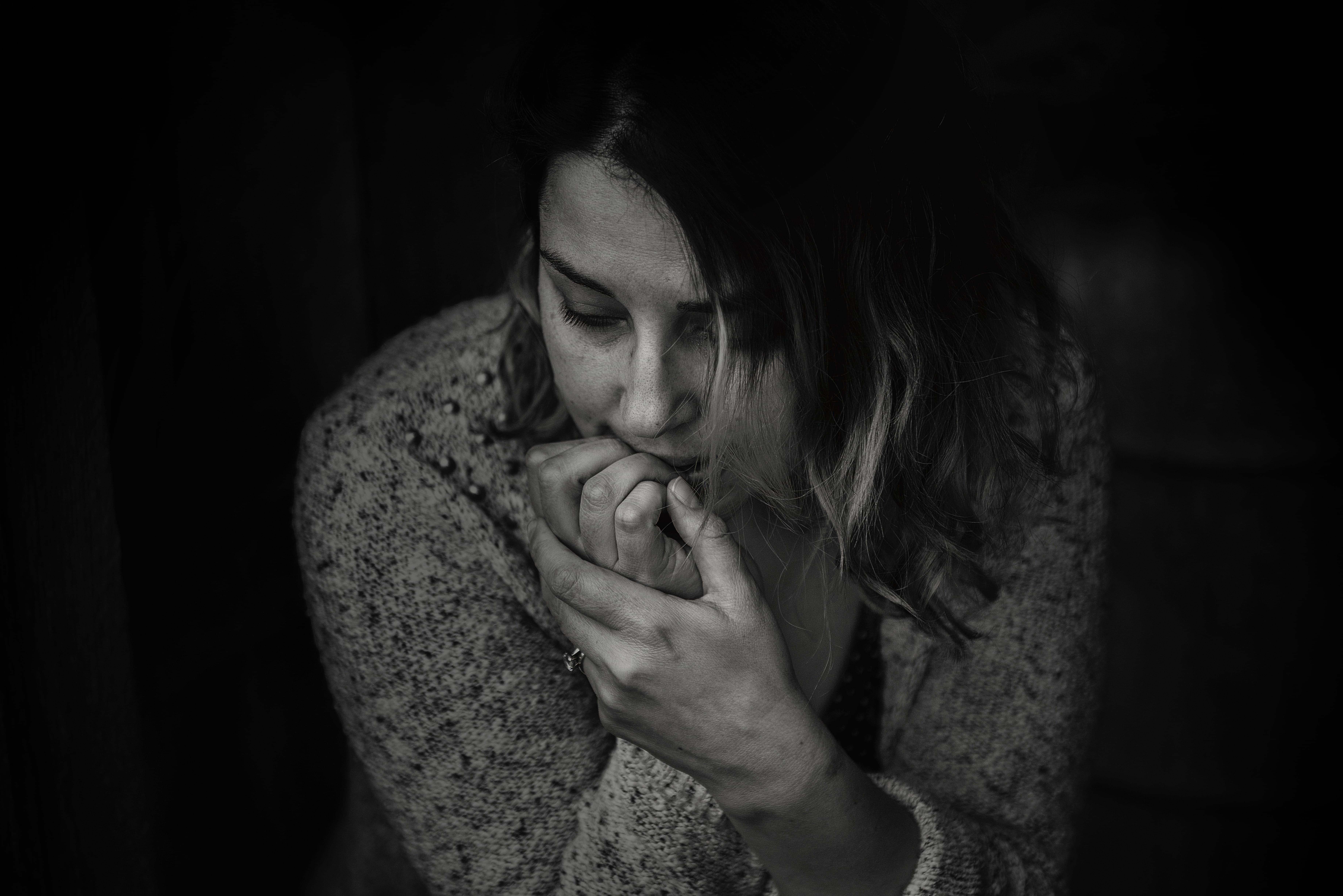浮気を疑う疑心暗鬼の女性の画像