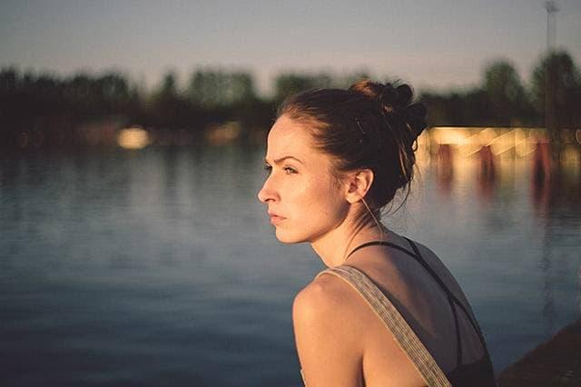 恋愛と孤独について考える女性の画像