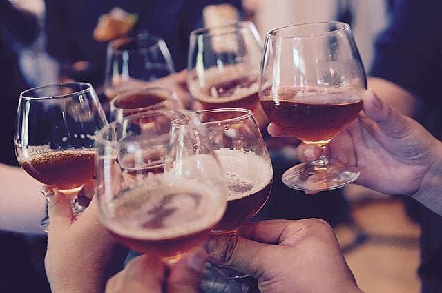同窓会で乾杯する人たちの画像