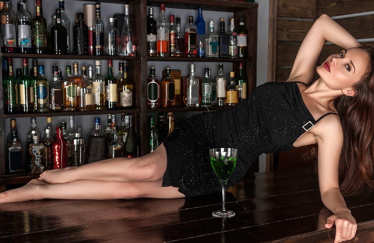 バーカウンターに横になってコチラを誘うセクシー美人のサムネイル画像