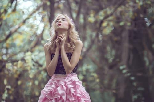 森の中で祈る女性の画像