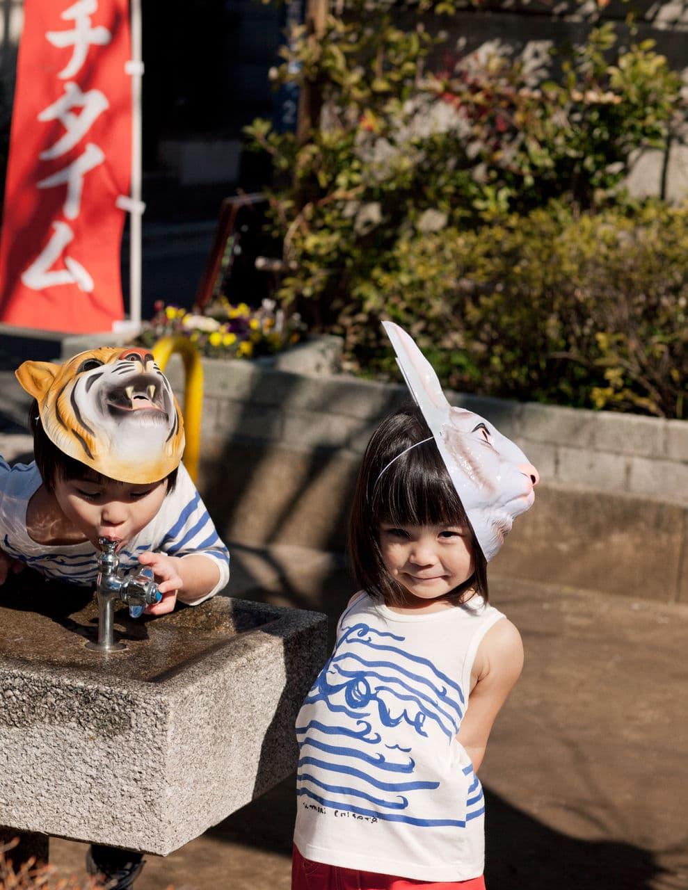 (左)プリントカットソー ¥7,665 (右)ノースリーブカットソー ¥6,090