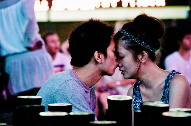 夜の街をゆく若いカップルのサムネイル画像