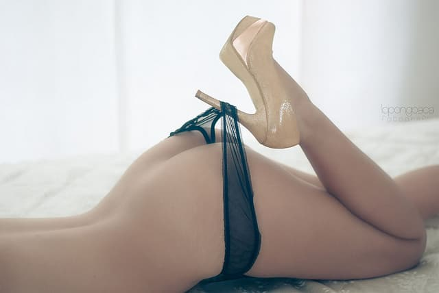 ハイヒールに引っかかって下着が脱げかけている女性のお尻の画像