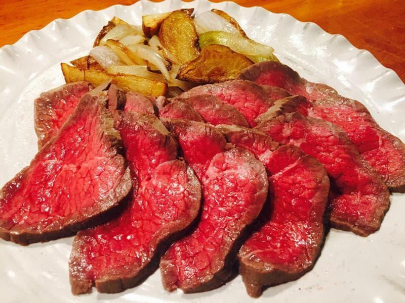 まいったねえ いたわりご飯 ヒモ 熟成肉 ローストビーフ じゃが芋と玉葱のオリーブオイルソテー レシピ ご飯