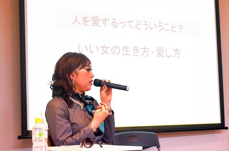 AMサロン「ミューズLABO」で講演する肉乃小路ニクヨさん