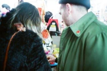 店中で濃厚なキスも!?中野買い物デート/写真家・松藤美里撮り下ろし