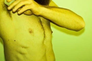フェラ×乳首イジリは鉄板の組み合わせ!男性の乳首は未開拓な快感スポット