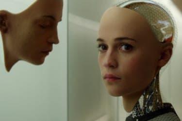その恋は人類の敗退を意味する?美しいAIと純情プログラマーの危険な駆け引き『エクス・マキナ』